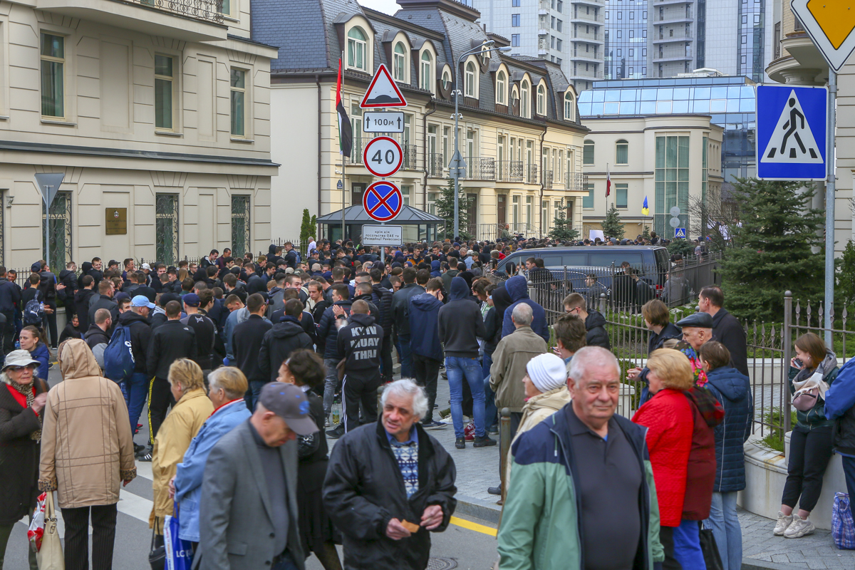 Также возле Новоселицкой улицы собрались крепкие молодые люди, которые большую часть митинга просто находились в стороне