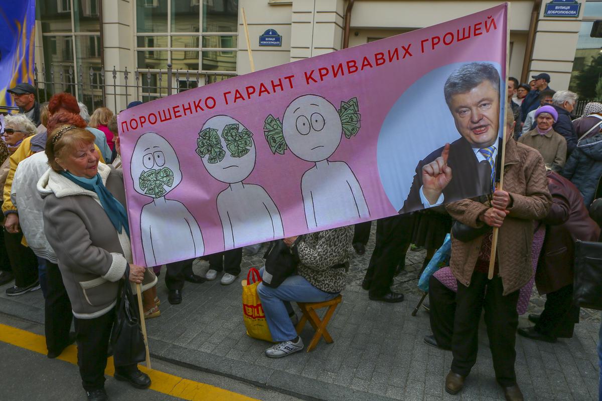 Митингующие против Порошенко принесли с собой немало баннеров и плакатов, изобличающих действующего президента