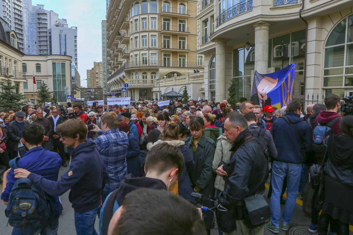 В Киеве возле штаба Владимира Зеленского прошли два митинга - против него и против Порошенко