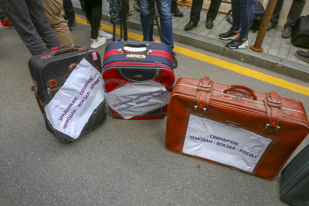 С собой они принесли вот такие симпатичные чемоданчики - для Порошенко