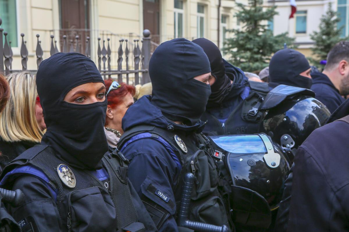 На месте также дежурили сотрудники полиции, которые следили за безопасностью