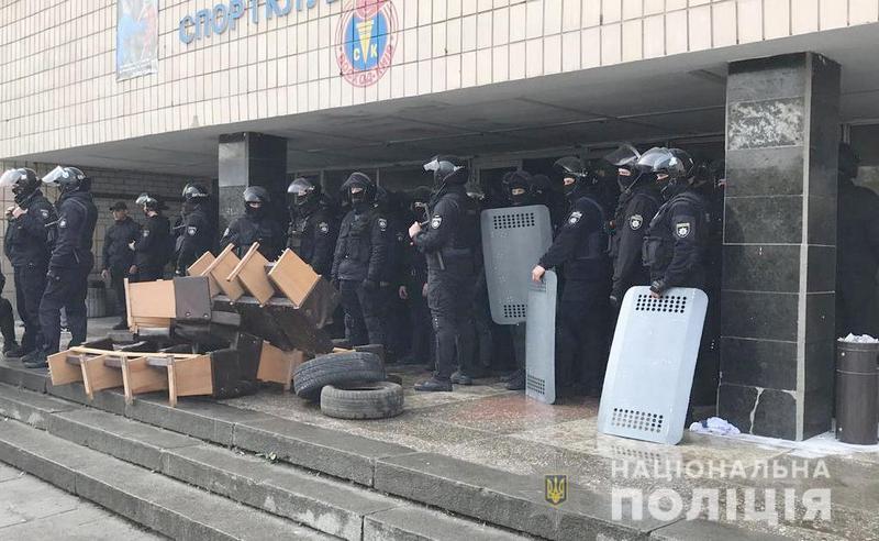 В Киеве неизвестные захватили спорткомлекс