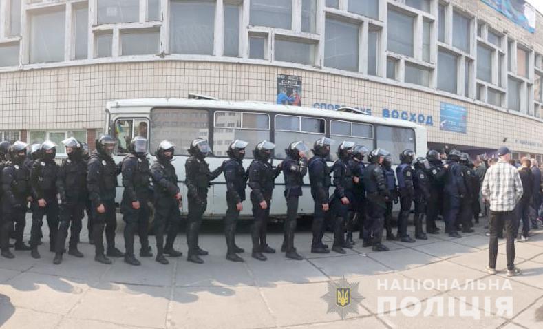 Полиция освободила помещение и задержала 60 человек
