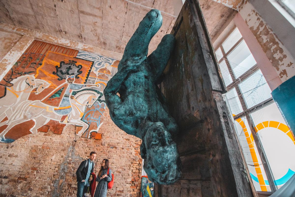 Соцреалистичные мозаики соседствуют с современным искусством