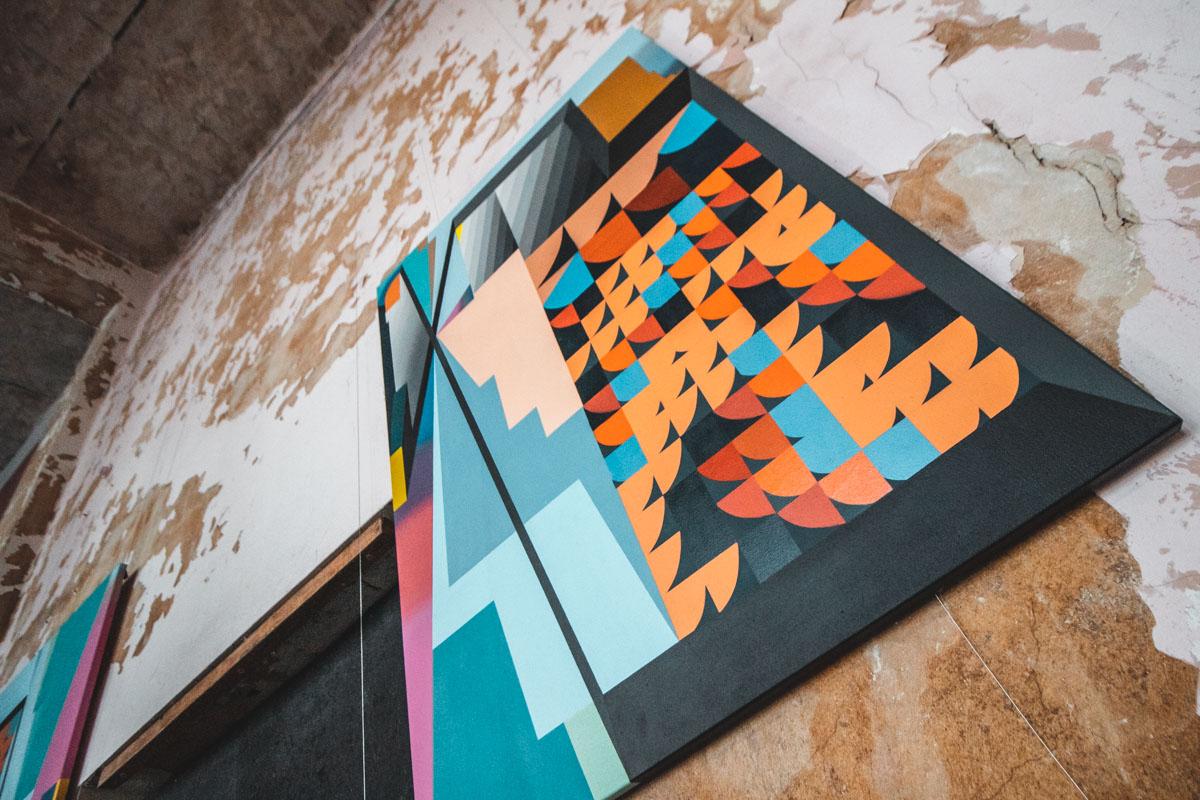 Абстракция на стене и полотне