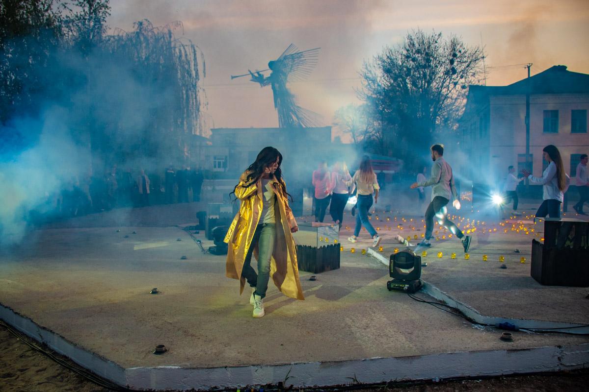 В центре города на импровизированной сцене сотни зажженных свечей расставили в форме солнечных часов. Там и выступили Руслана с ребятами