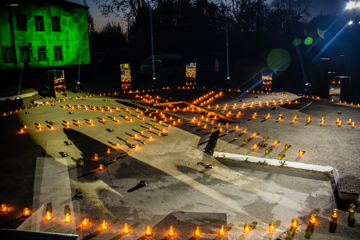 Зажженные свечи особенно эффектно смотрелись после захода солнца