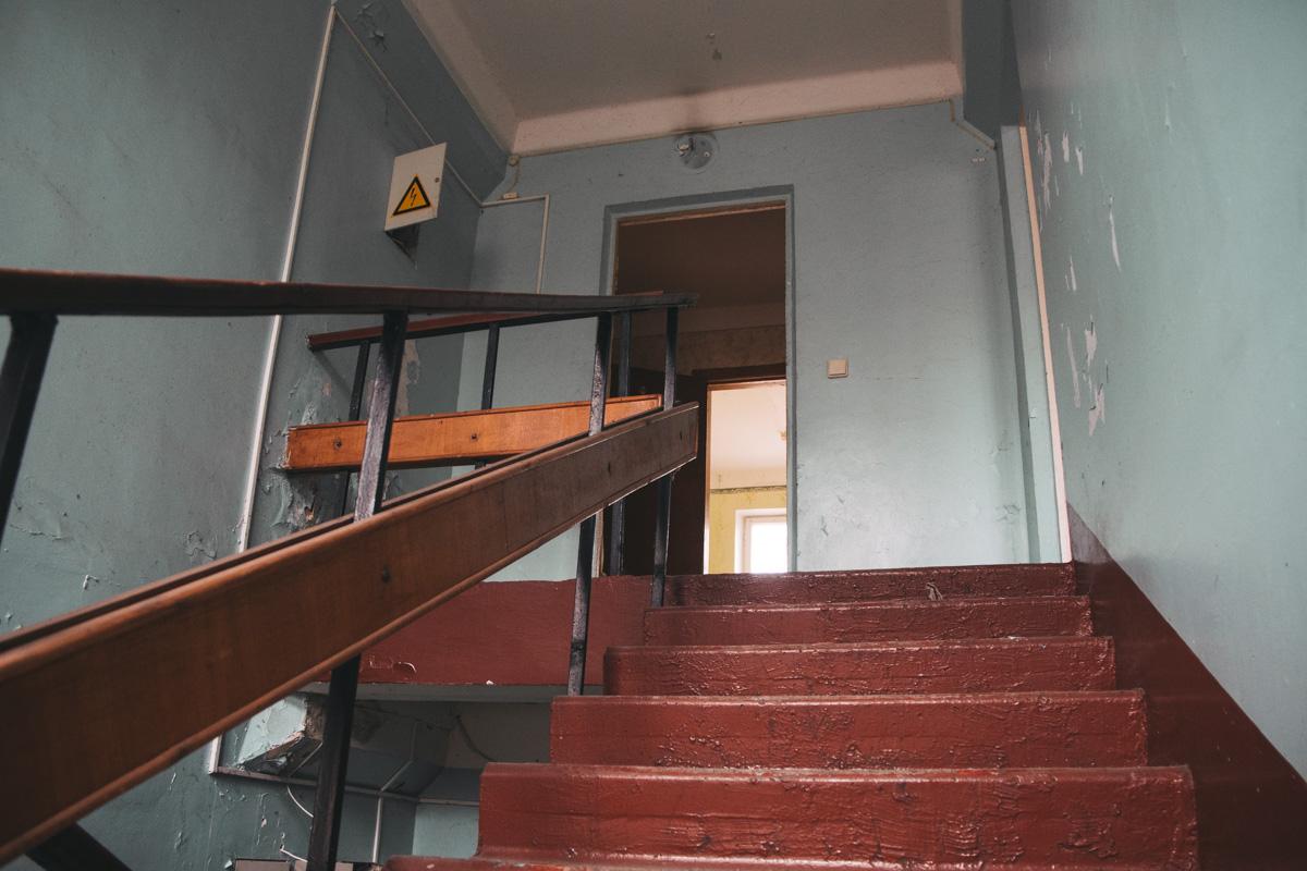 Внутри здание также находится в аварийном состоянии