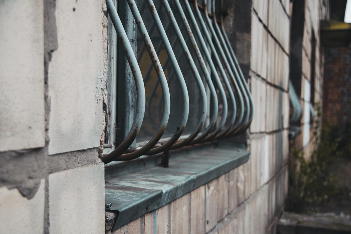 Решетки на окнах поржавели от времени