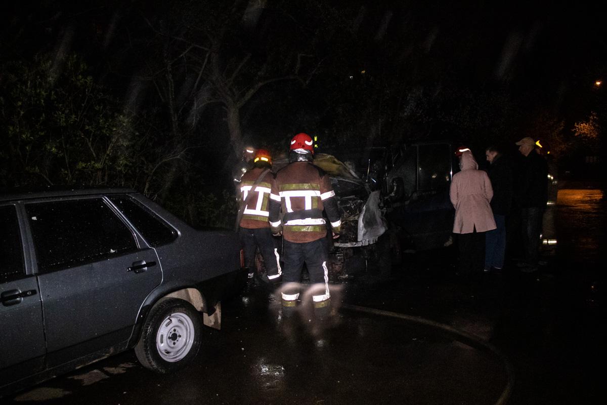 ВКиеве во дворе жилого дома произошло возгорание в припаркованном микроавтобусеFord Transit