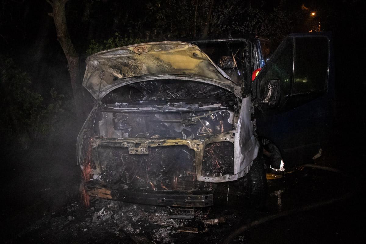 В результате пожара салон микроавтобуса и моторный отсек выгорели полностью