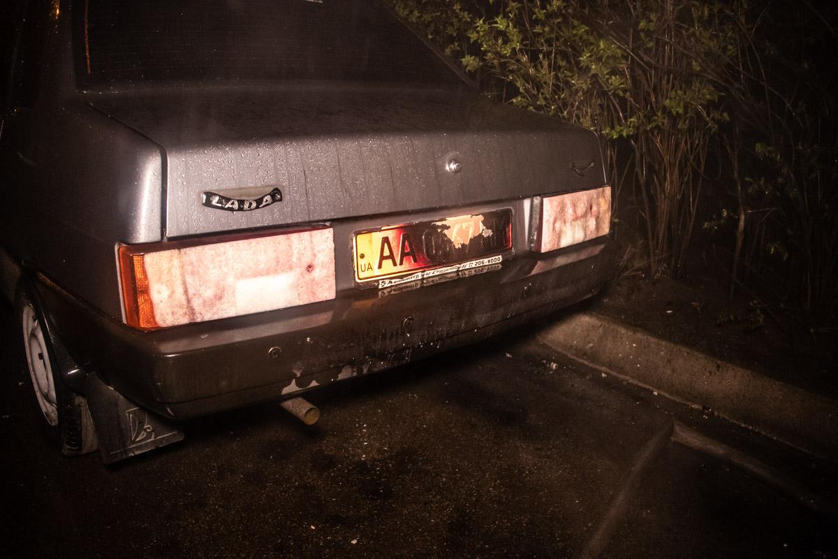Огонь также повредил стоящий рядом автомобиль ВАЗ-21099