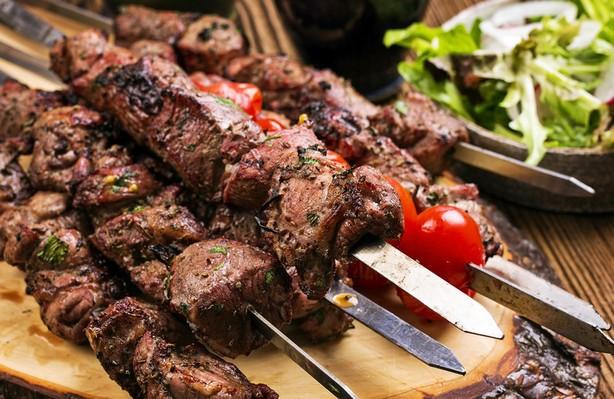Для шашлыка из говядины не следует покупать замороженное мясо – шашлык получится сухим и твердым