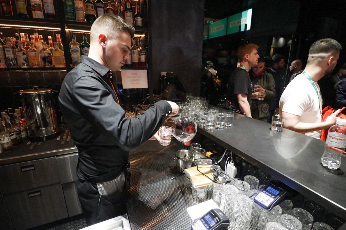 Подглядываем за работой бармена:) Интересно!