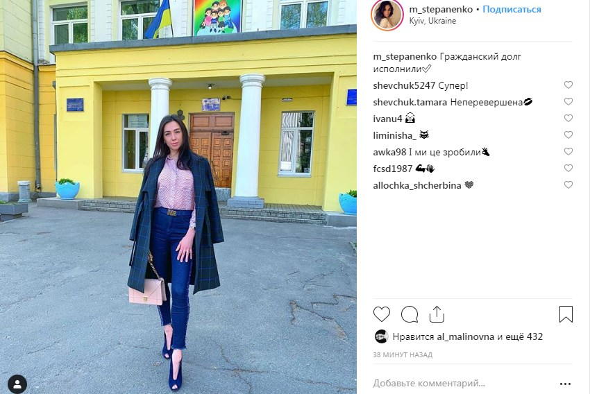 Жена футболиста Тараса Степаненко на фоне избирательного участка
