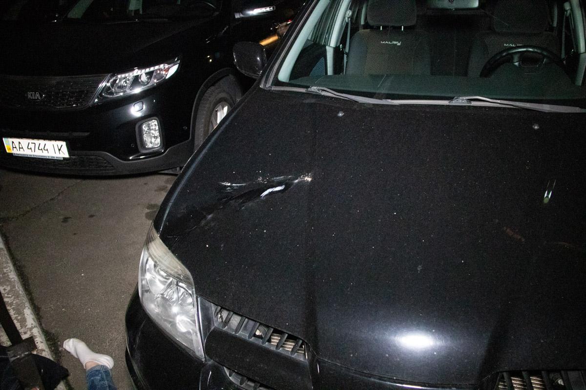 Во время падения девушка зацепила припаркованный автомобиль