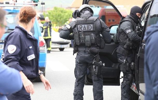 Во Франции неизвестный взял в заложники трех человек