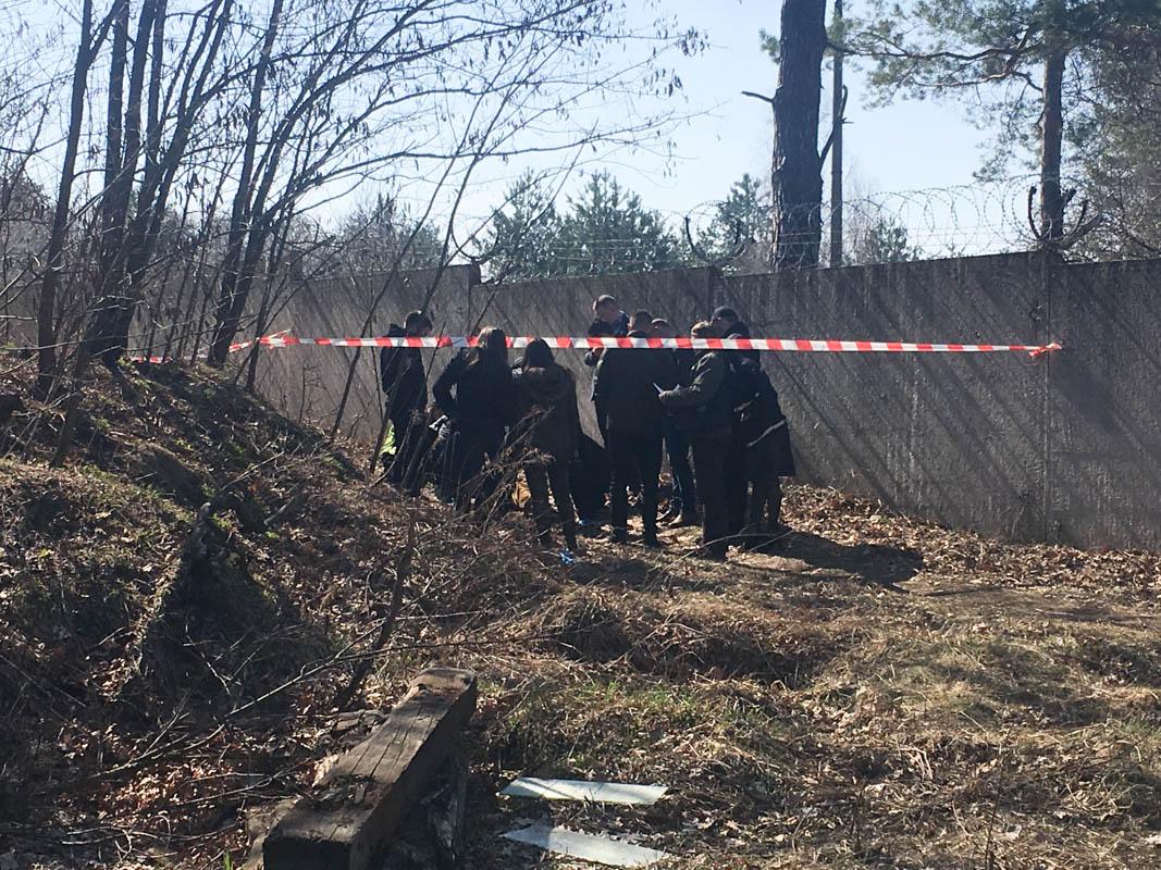 4 апреля возле забора Дарницкого Вагоноремонтного завода был обнаружен труп мужчины со следами насильственной смерти