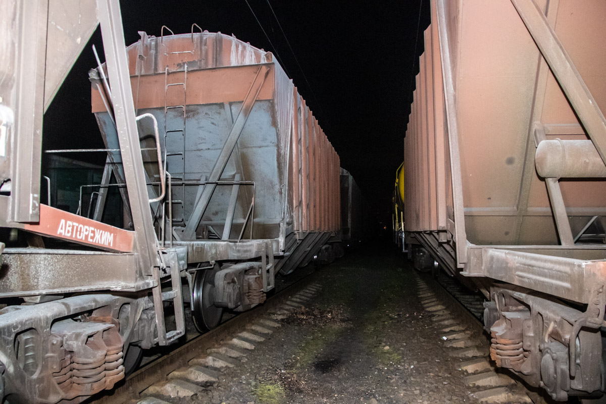Он залез на грузовой вагон поезда на втором пути