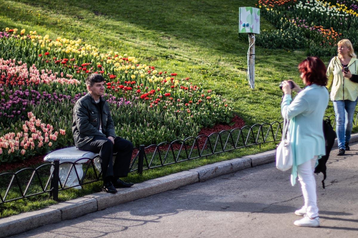 Люди с радостью фотографировались на фоне ароматных тюльпанов