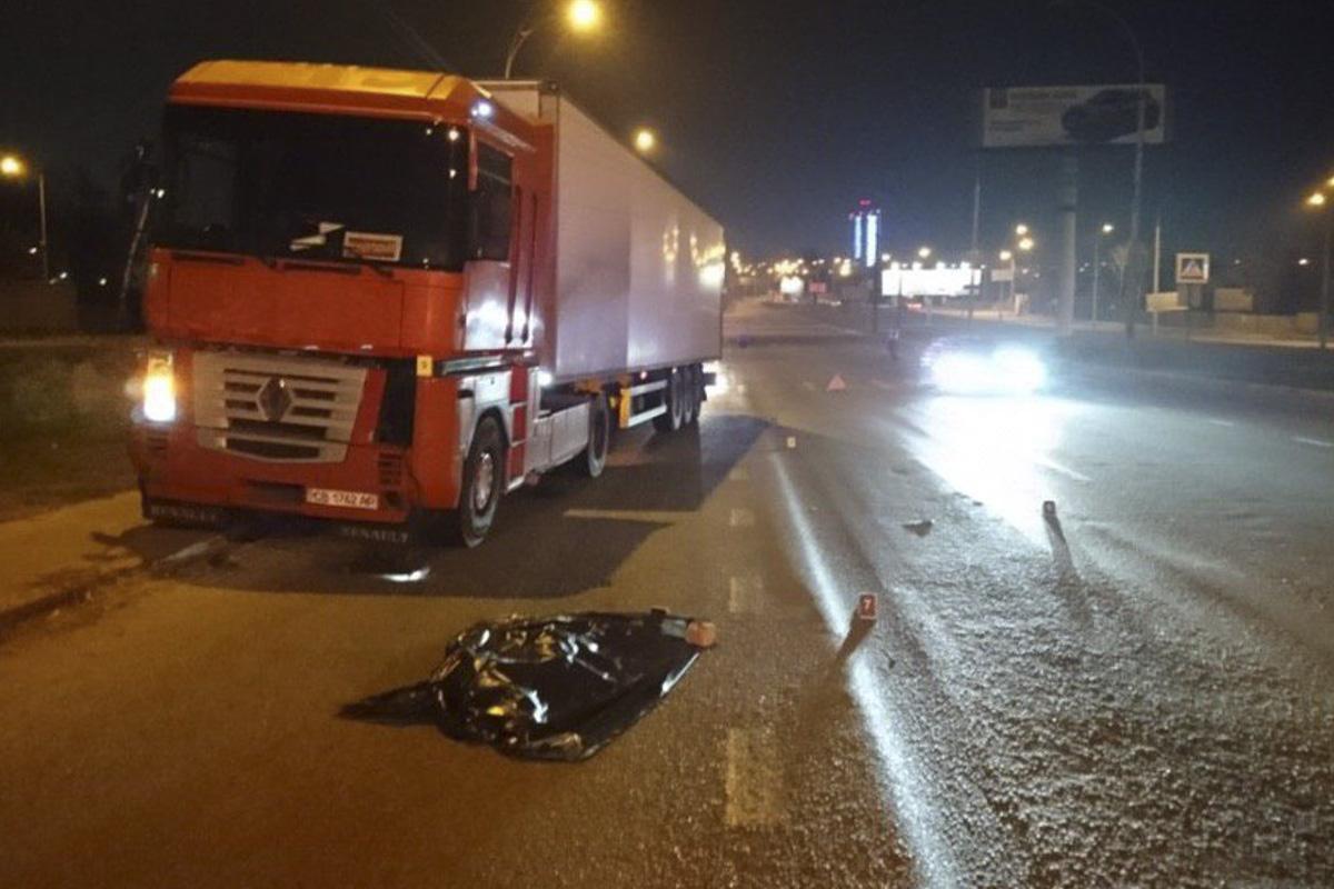 В ночь на 10 апреля в Киеве по адресу улица Академика Заболотного, 35 фураRenault Magnum сбила женщину