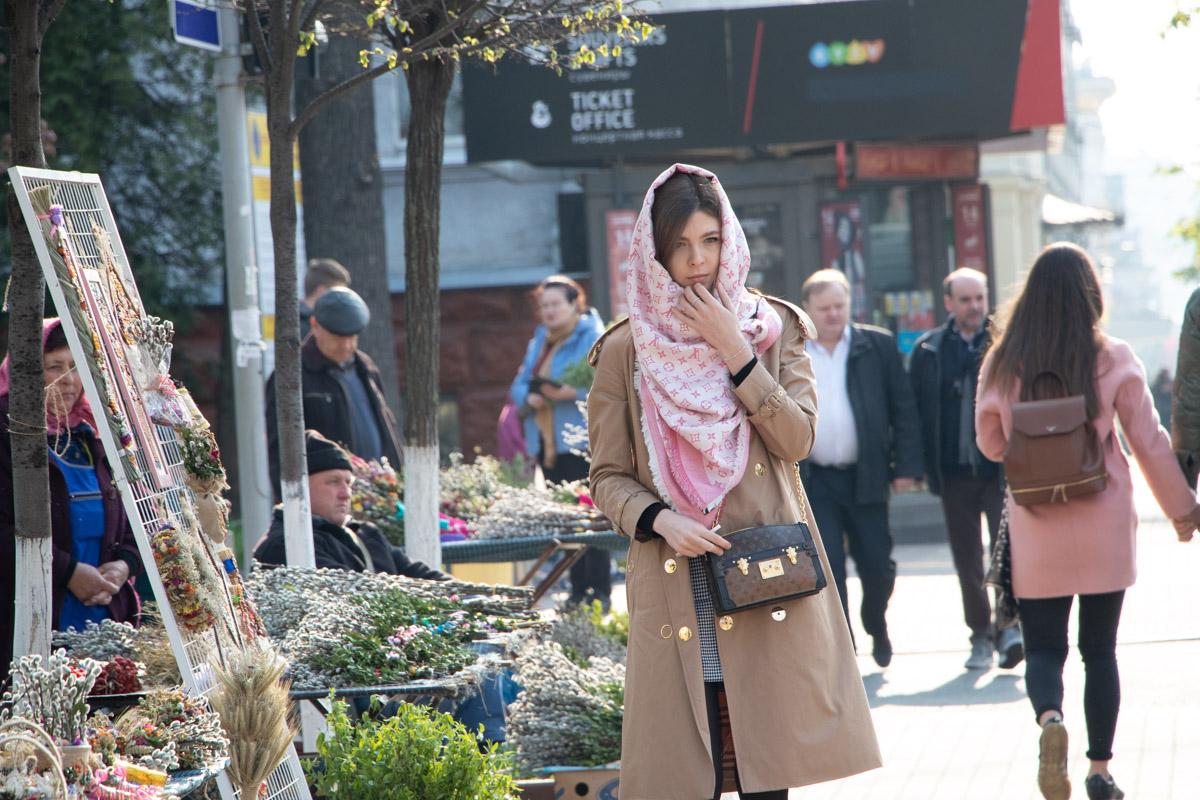 По традиции, перед входом в храм девушки надевают платок или шаль