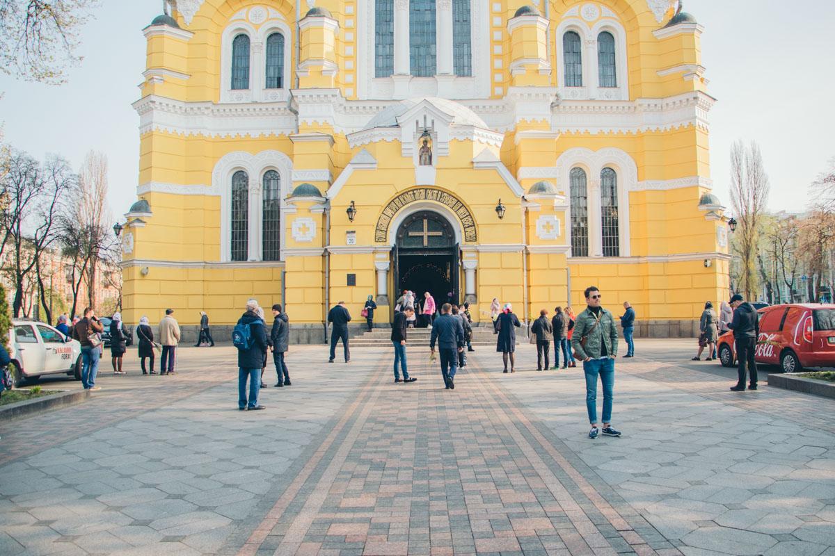С раннего утра к Владимирскому собору идут прихожане