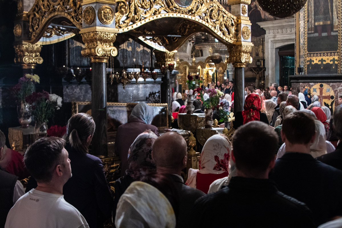 В церкви собрались сотни прихожан