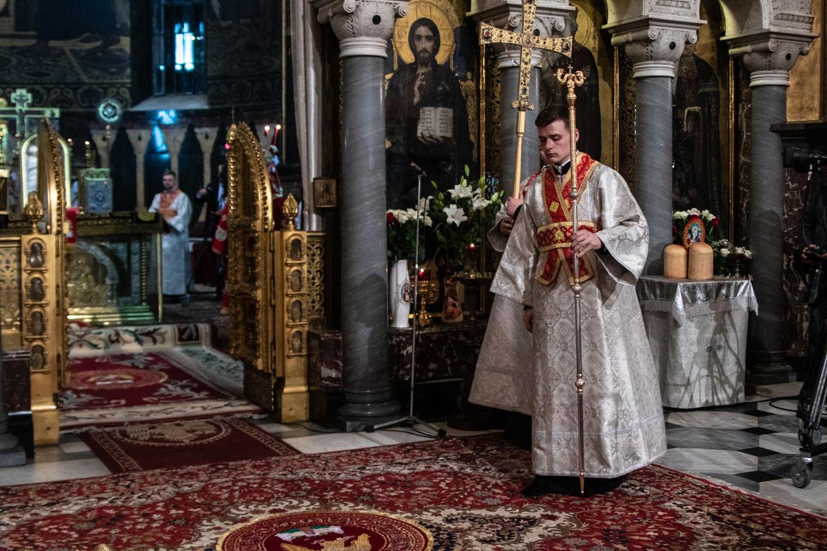 До восхода солнца во Владимирский собор начали приходить люди, чтобы освятить пасхальные корзинки