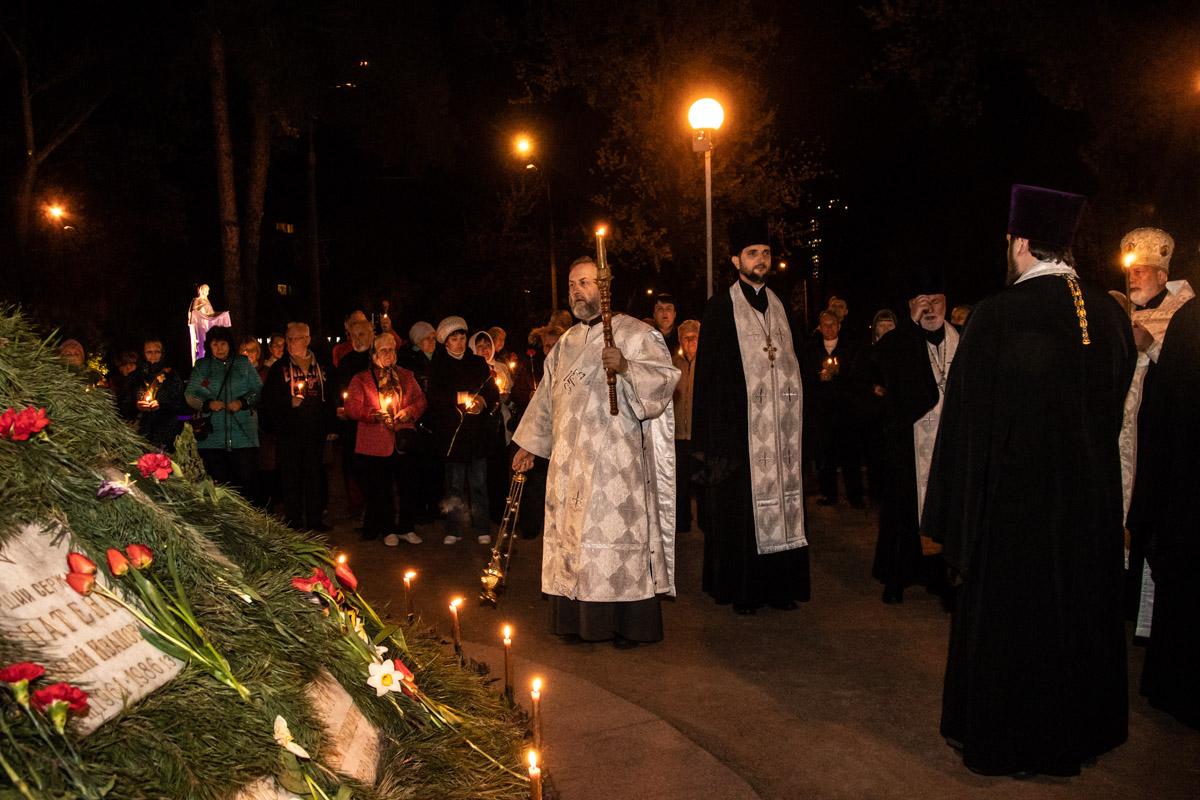 В Киеве на территории мемориального комплекса жертвам Чернобыльской катастрофы прошел поминальный молебен
