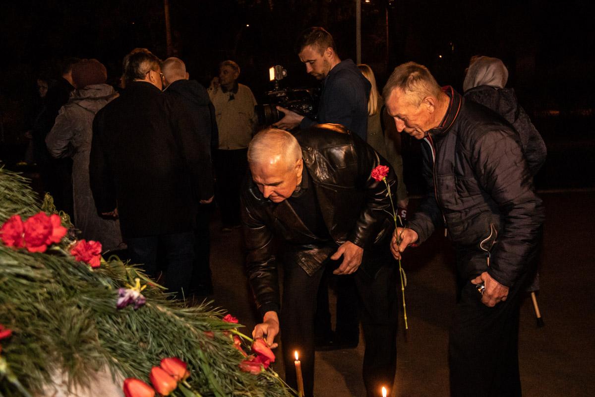 После панихиды собравшиеся возложили цветы к кургану и зажгли поминальные свечи