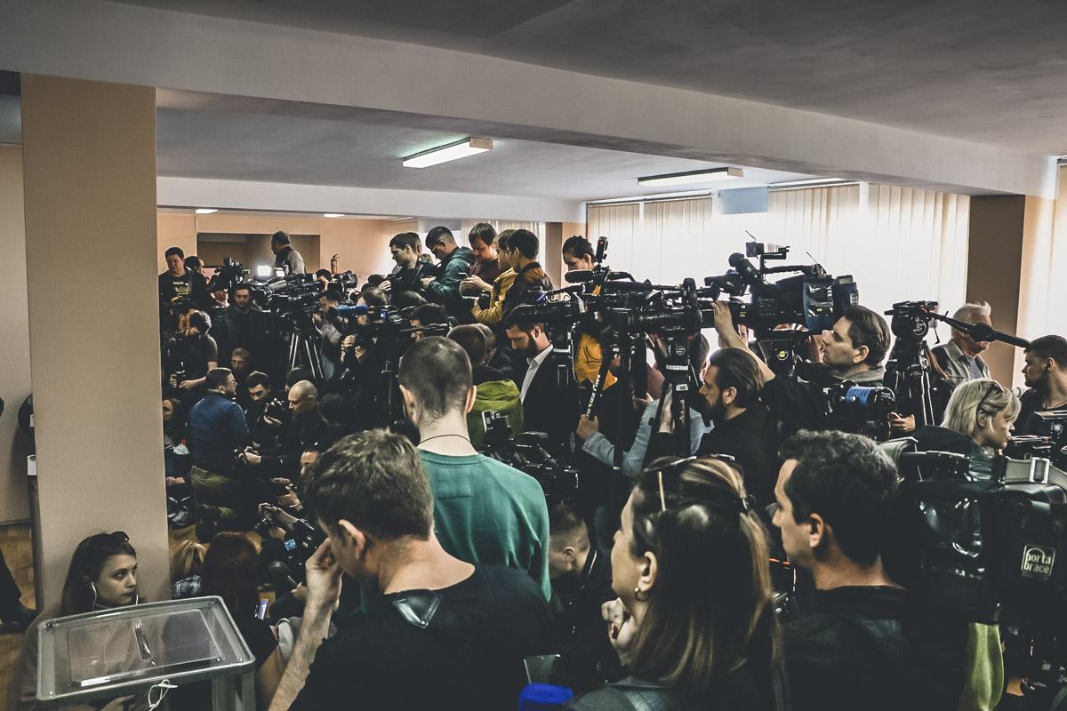 Журналисты одновременно выкрикивают вопросы, на избирательном участке настоящий хаос