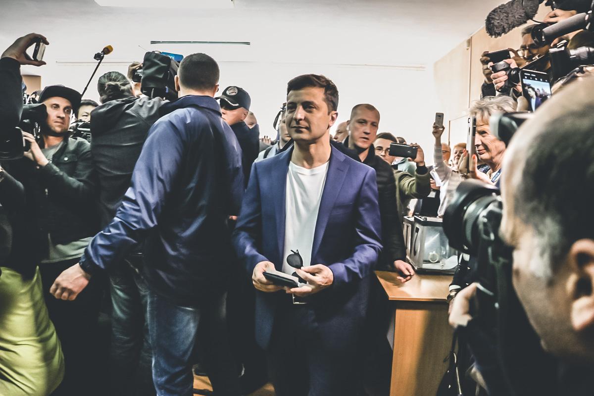 На один из избирательных участков прибыл и кандидат на пост гаранта - Владимир Зеленский
