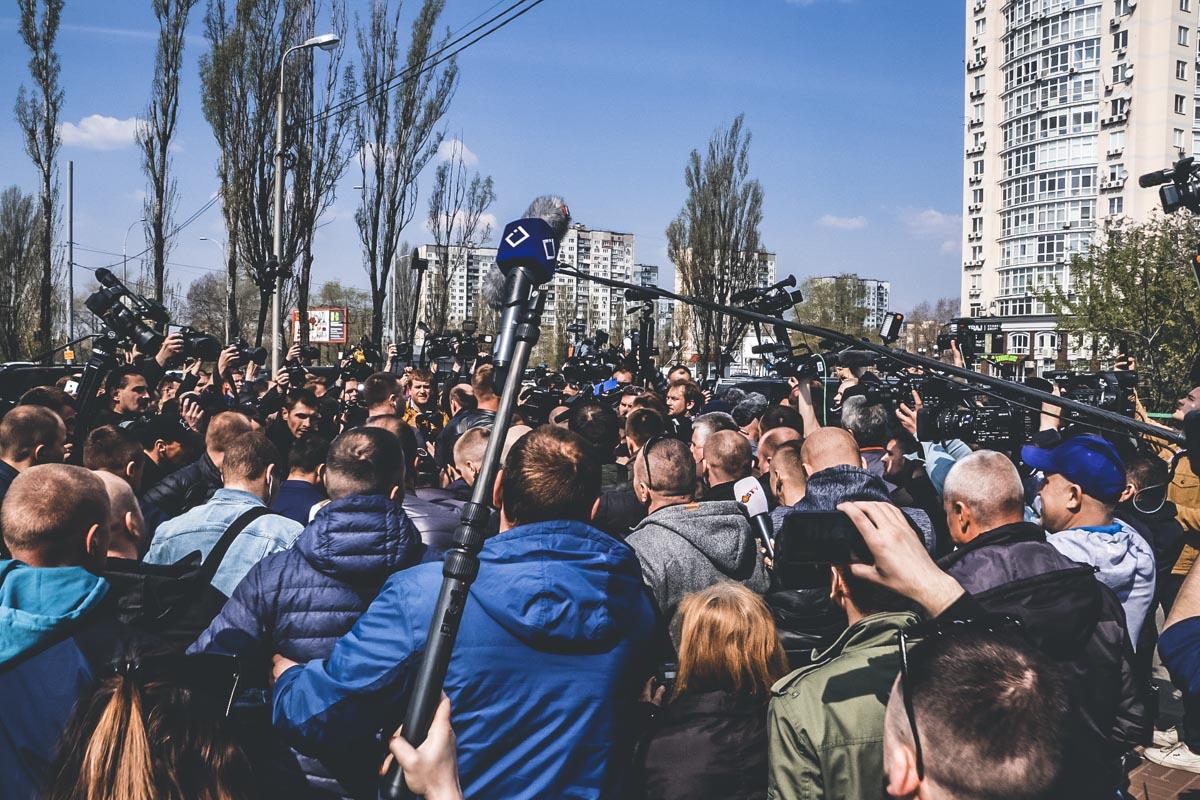Еще до приезда кандидата под участком собралось огромное количество прессы - отечественной и зарубежной