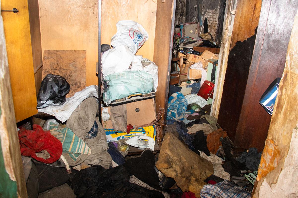 Все жилье внутри было завалено хламом, с потолка свисала паутина