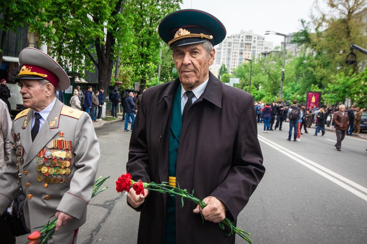Люди несли цветы к Мемориалу Вечной Славы