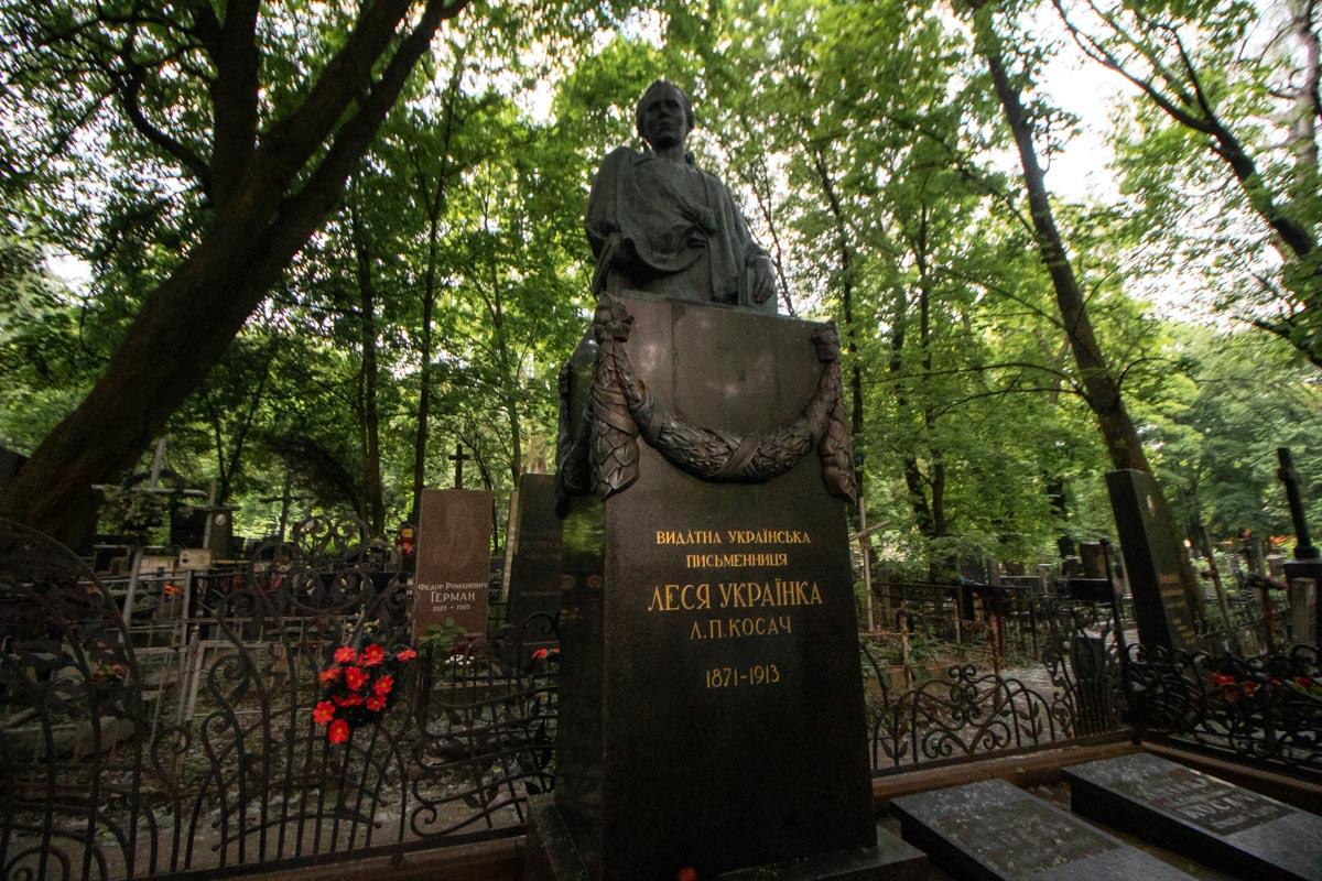 Здесь похоронены немало выдающихся творческих, спортивных и политических деятелей
