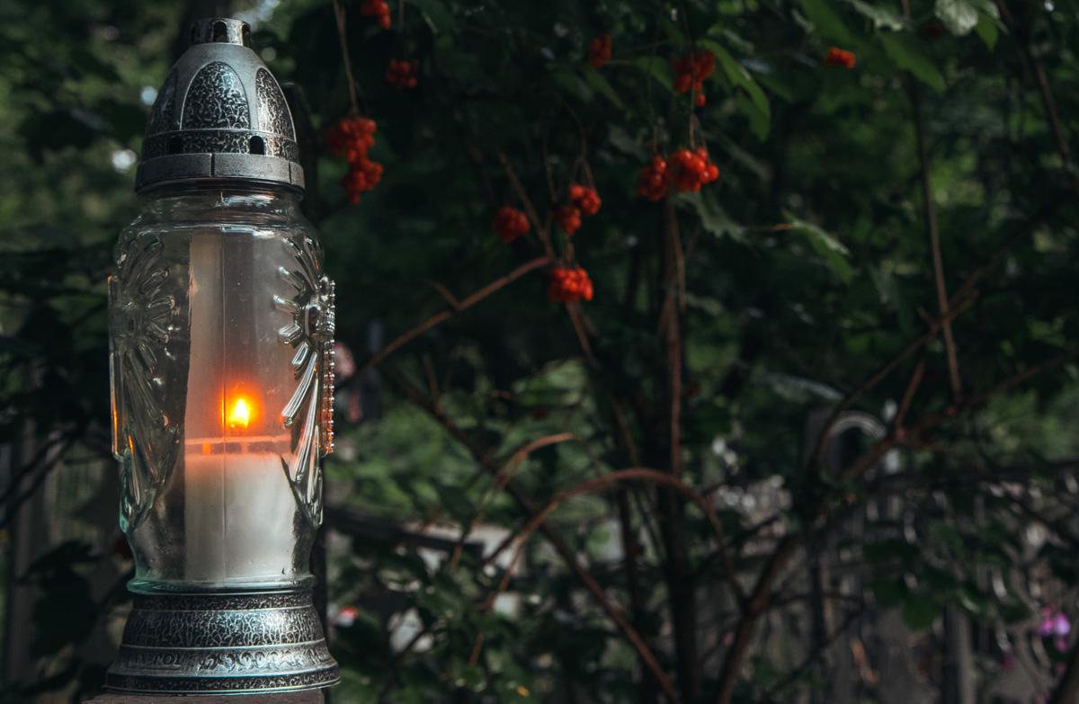 """В более """"обжитых"""" и ухоженных частях кладбища можно встретить такие лампады - они являются хорошим источником света когда солнце не в состоянии пробиться через кроны деревьев"""
