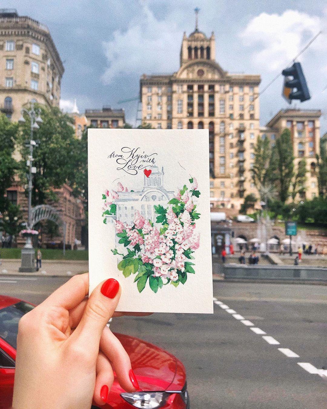 Помните, мы говорили о поздравлениях Киева с днем города? А как это лучше всего сделать, как не при помощи открытки и где это делать как не на Крещатике. Фото: @evelinapopova