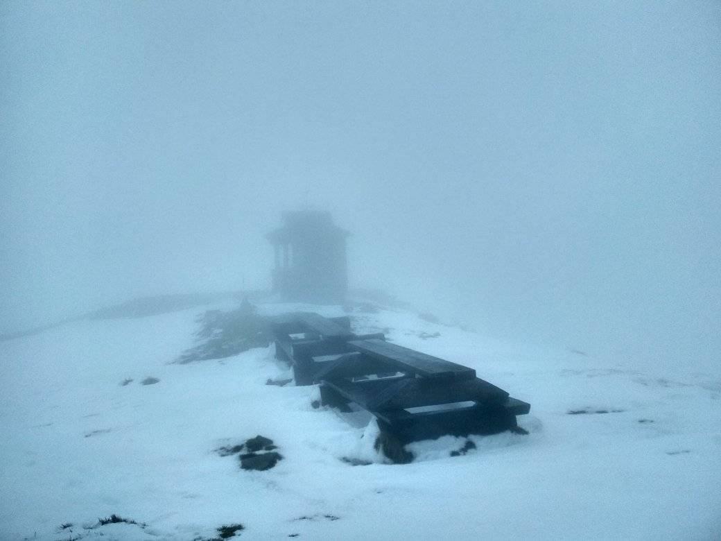 А вот такая картина развернулась в последние дни на Черногорском горном поисково-спасательном посту. Напоминает декорации к какому-то атмосферному триллеру
