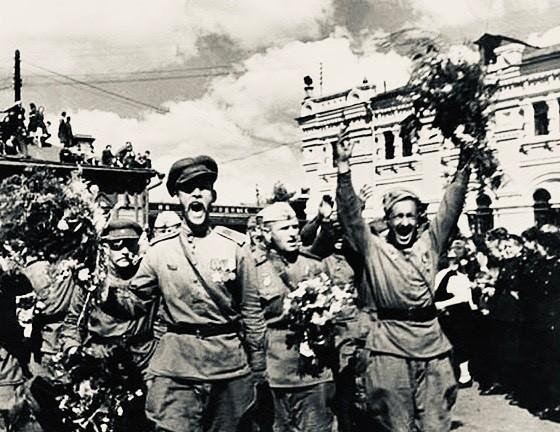 Вера Брежнева и Ярослав Ракицкий для поздравления выбрали одинаковые фото