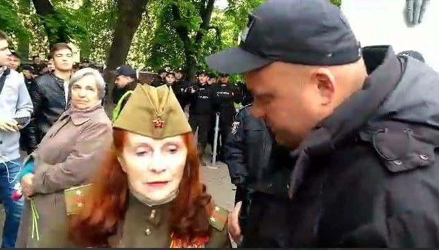 Женщина пришла в советской военной форме и в пилотке с красной звездой, за что ее арестовали на месте
