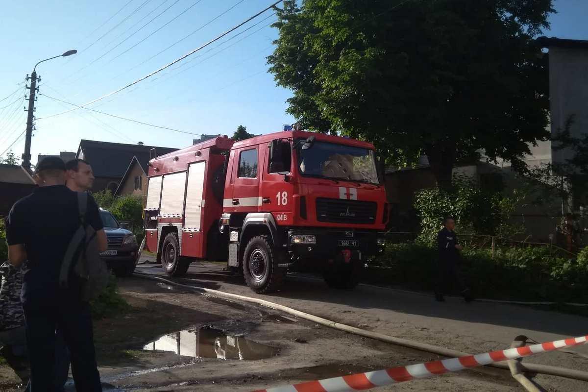 В Киеве на улице Академика Тутковского загорелось двухэтажное жилое здание