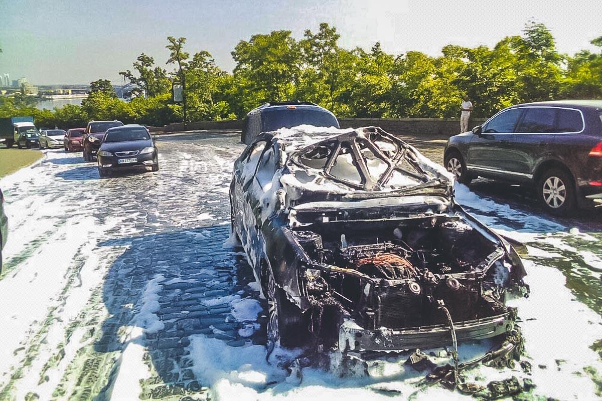 На Владимирском спуске загорелся автомобиль