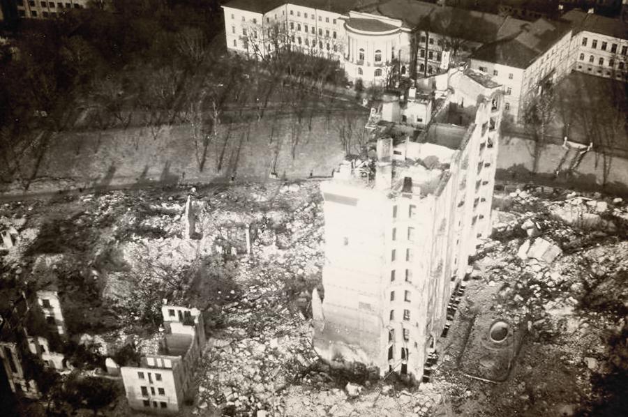 Крещатик и около трех километров прилегающих улиц превратились в развалины