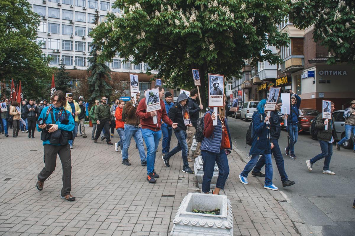"""""""Бессмертный Грут"""" марширует к кордону полиции"""