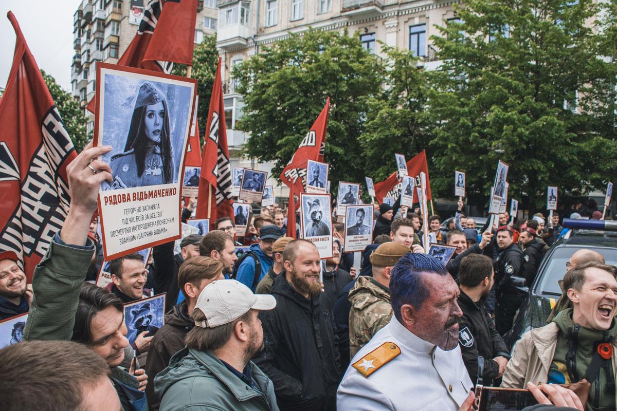 митингующие выкрикивали лозунги«Слава Таносу — смерть врагам», «Мстители с народом», «Валар моргулис — Валар дахарис», «Свободу Винтерфелу», «Север наступает» и другие.
