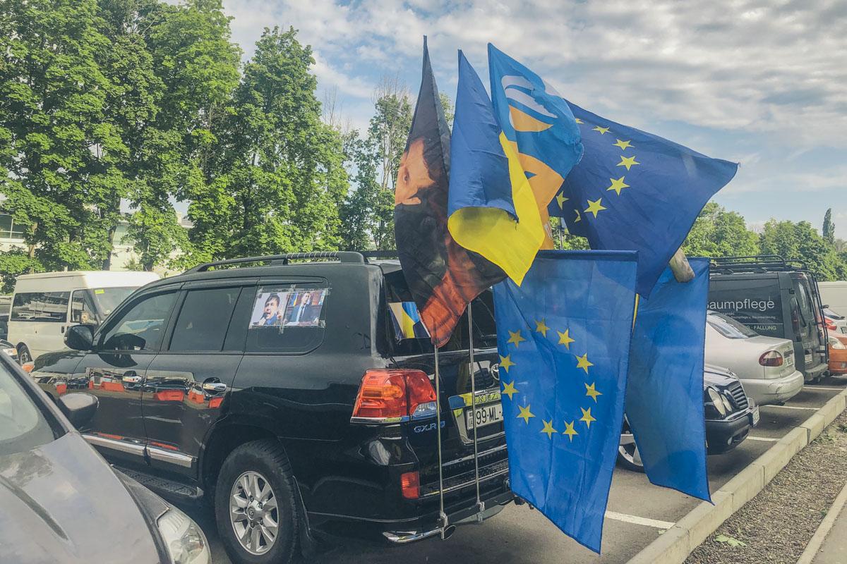 """Основная часть сторонников Михо приехала на машинах с флагами """"Руху новых сил"""""""