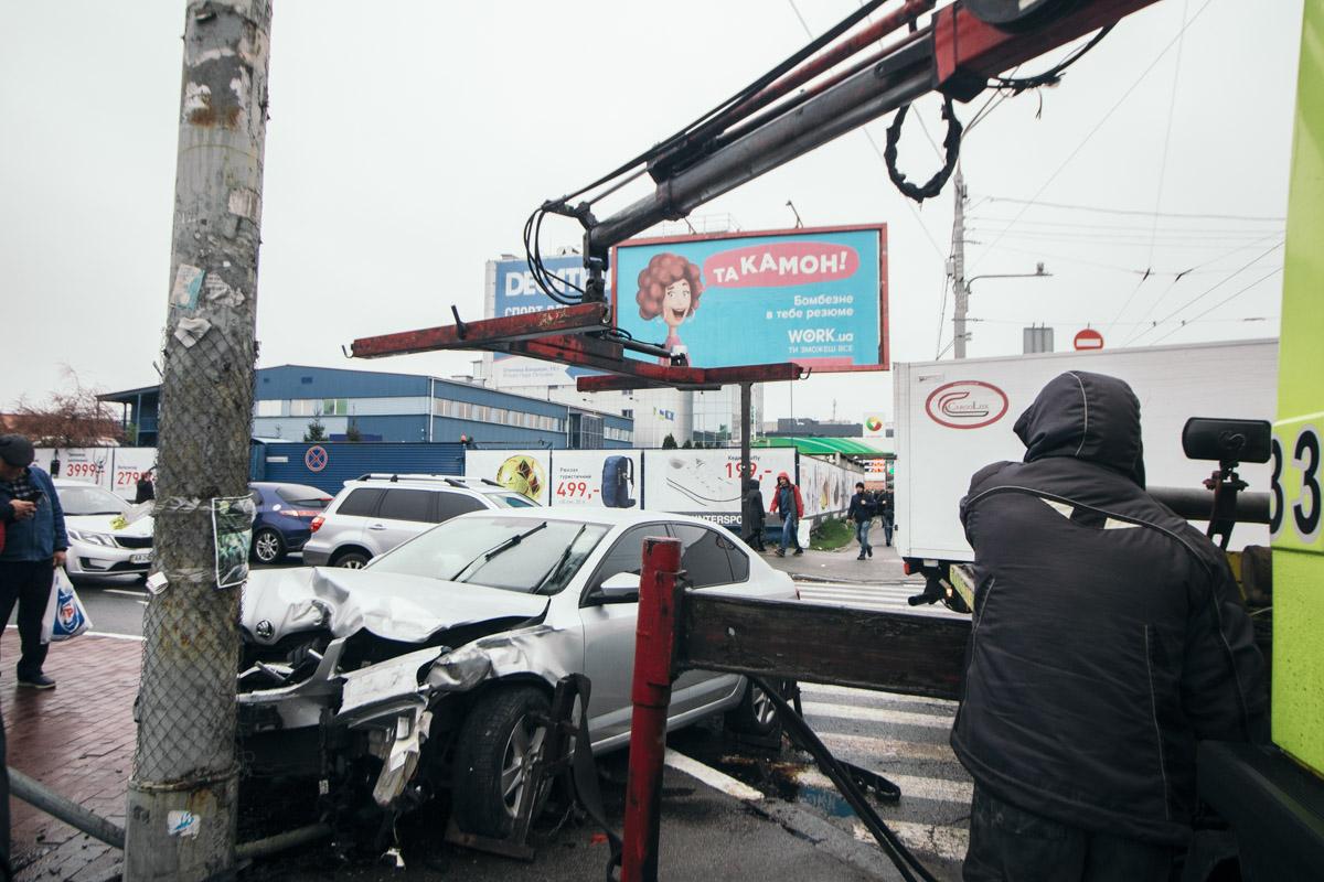 Skoda влетела в столб, из-за чего у машины полностью смята передняя часть