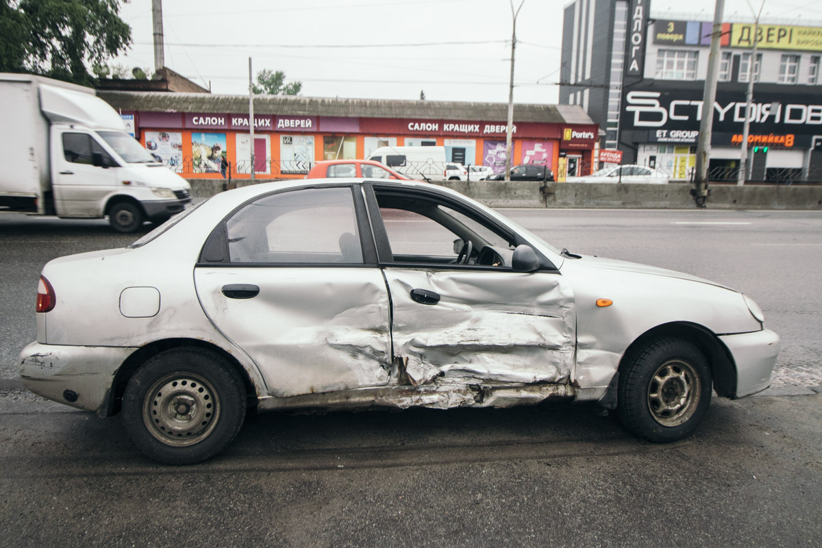 В результате аварии у Lanos помята боковая часть